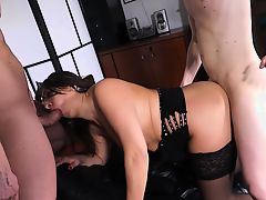 Scambisti Maturi - Ready Italian recruit has a MMF threesome